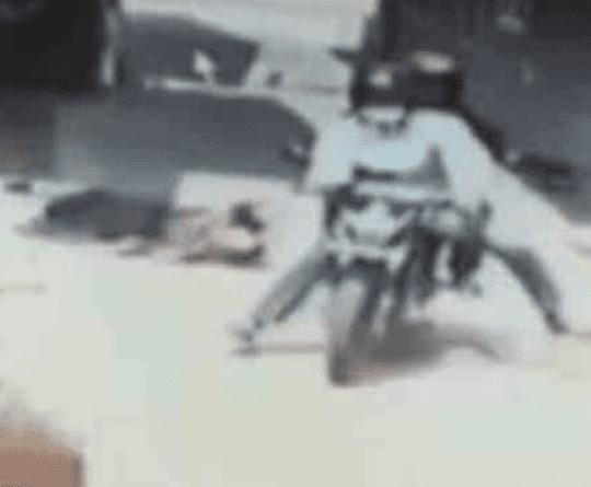 Potongan rekaman CCTV mahasiswi yang tasnya dijambret 2 pria dan terseret di aspal