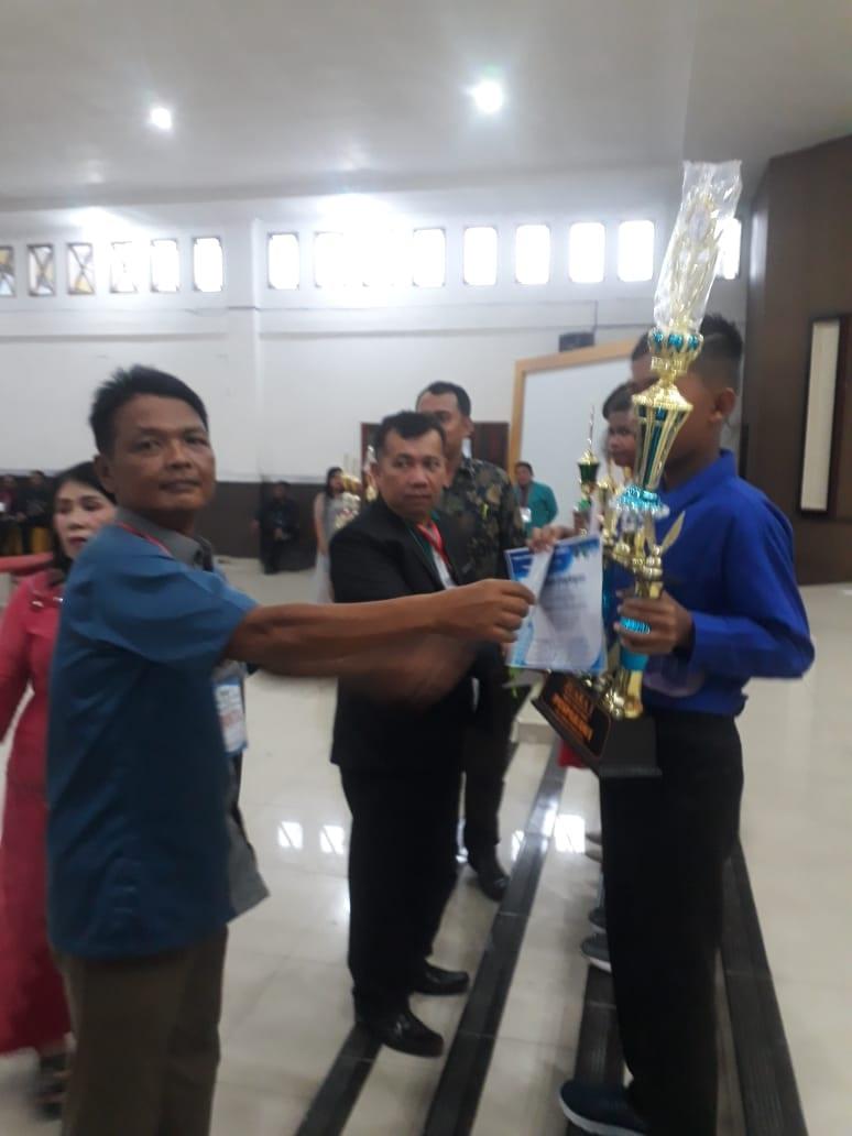 (Ricad/taslabnews) Ketua LPPD Labuhanbatu Utara Harold Hamonangan Sinaga, ST menyerahkan piala kepada juara