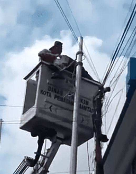 Evakuasi jenazah korban yang tewas tersengat listrik di Siantar