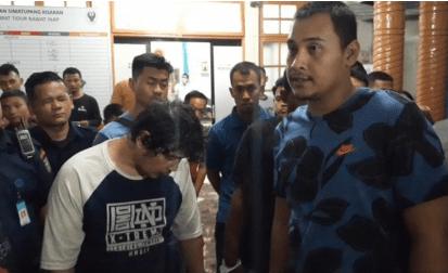 Kasat Reskrim Polres Asahan AKP Ricky Pripurna Atmaja didampingi Kanit Jahtanras IPDA Mulyoto saat memberikan keterangan di RSUD HAMS Kisaran, Senin (9/12).