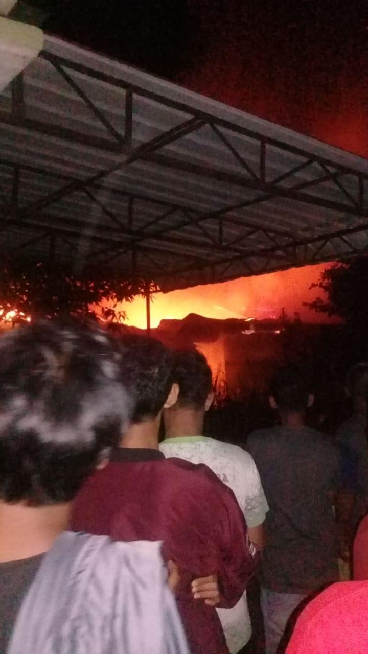 Warga menyaksikan kebakaran di Tanjungbalai