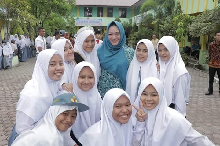 Ketua TP-PKK Tanjungbalai, Hj Sri Silvisa Novita Muhammad Syahrial foto Selfi dengan Siswi SMAN 1 Tanjungbalai. Hal itu dilakukan usai ia menjadi Pembina Upacara di SMA Negeri 1 Tanjungbalai.