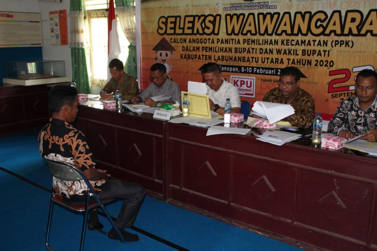 (Richard Silaban/TASLABNEWS)  Peserta calon anggota PPK pemilihan bupati dan wakil bupati Kabupaten Labuhanbatu Utara tahun 2020 mengikuti tes wawancara