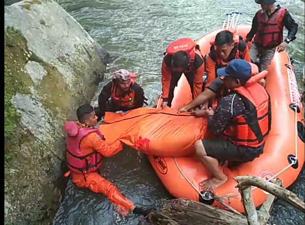Tim gabungan Basarnas mengevakuasi jenazah pelajar SMP yang hanyut di sungai Silau Asahan.