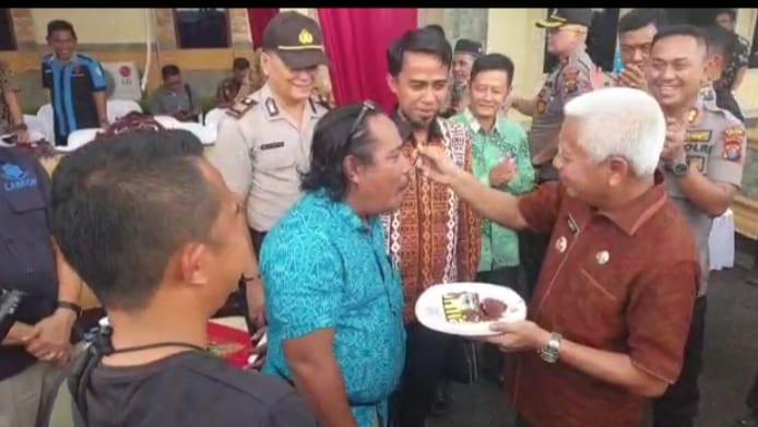 Bupati Asahan Surya BSc menyuapi bolu pada peringatan HPN pada ketua IWO Asahan-Batubara Syafruddin Yusuf.
