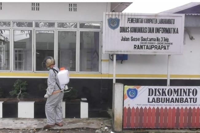 Petugas saat melakukan penyemprotan disinfektan di area Kantor Dinas Kominfo.