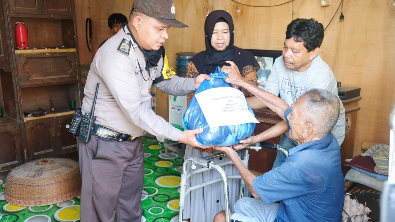 (Ignatius Siagian/taslabnews)  Suasana pemberian bantuan sembako kepada masyarakat yang kurang mampu oleh Bhayangkari Cabang Kota Tanjungbalai