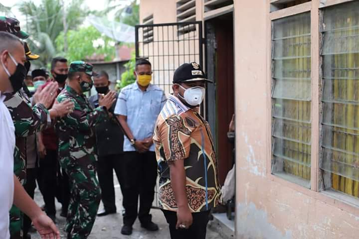 Walikota Tanjungbalai H M Syahrial menyerahkan bantuan dari Pemprovsu