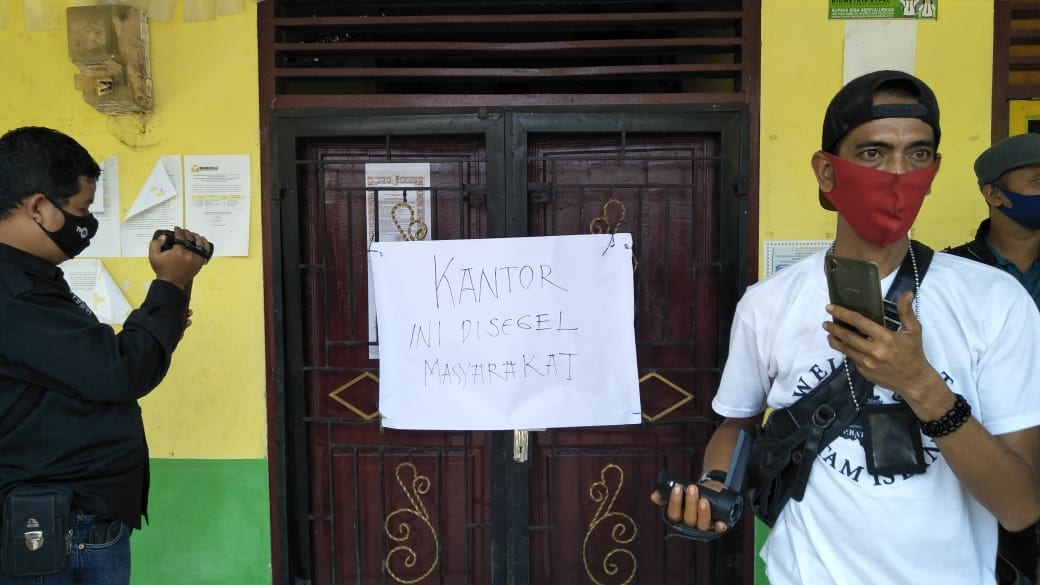 Kecewa Atas Penyaluran Bantuan Covid 19, Warga Sei Apung Asahan Segel Kantor Desa