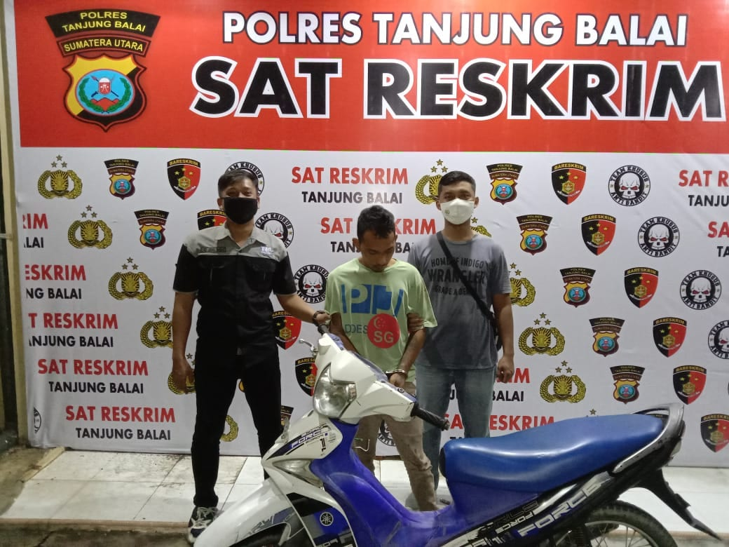 (Ignatius Siagian/taslabnews)  Tersangka Aditia Suranta Sembiring alias Tia saat diamankan di Polres Tanjungbalai