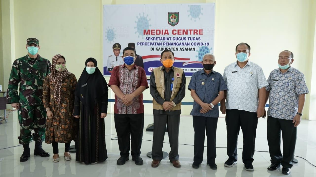Bupati Asahan Surya foto bersama pihak.BNPB Republik Indonesia (RI) melakukan Kunjungan Kerja (Kunker) ke Gugus Tugas Percepatan Penanganan Covid-19 Kabupaten Asahan.