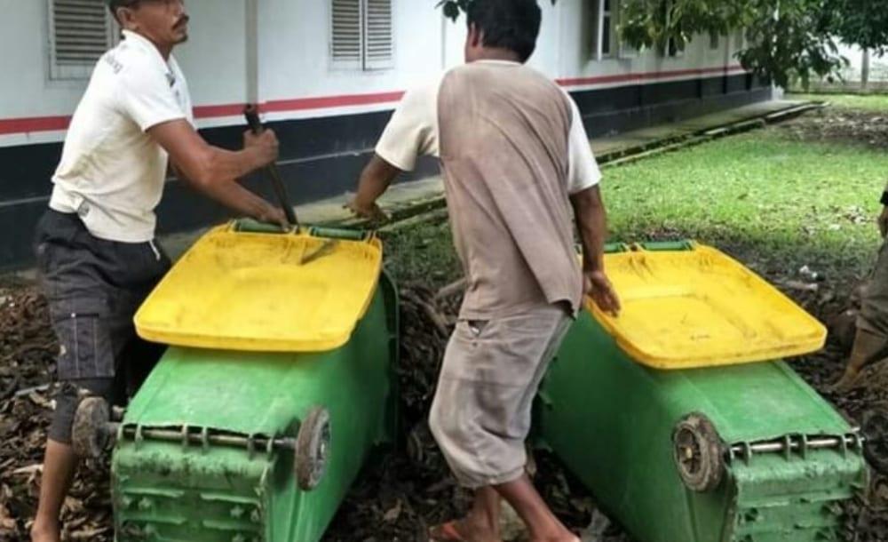 Petugas Kebersihan DLH saat membersihkan sampah.