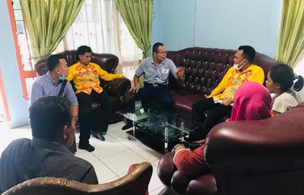 PLT Kadis PMD Labuhanbatu saat bertemu dengan kepala Desa Janji.
