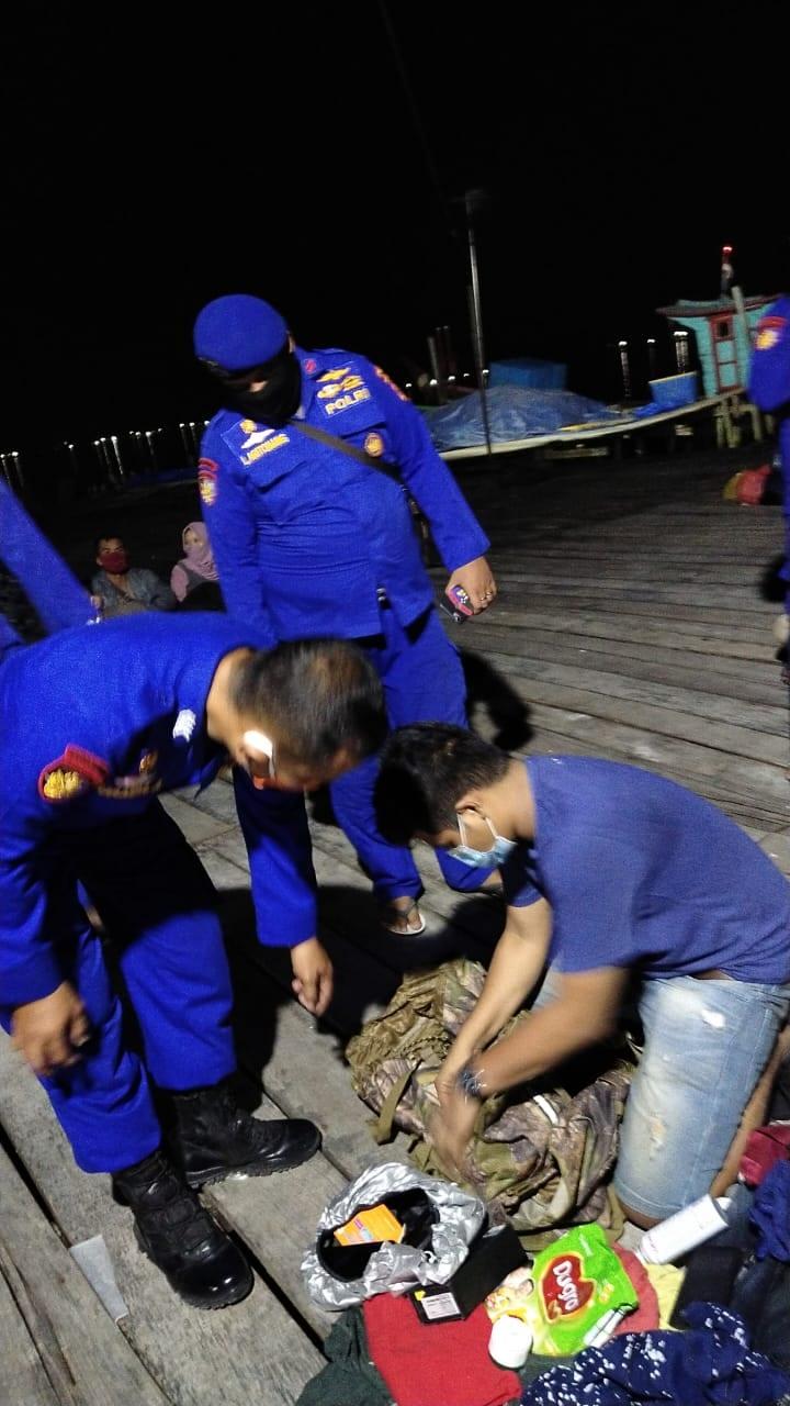 (Ignatius Siagian/taslabnews)  Ke-34 TKI illegal saat diamankan dari gudang belacan, Kecamatan Sei Kepayang Timur, Kabupaten Aahan, Kamis (28/5) malam
