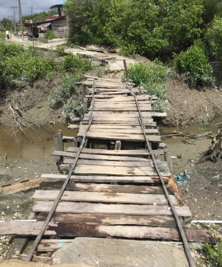 Kondisi jembatan menuju ke pemukiman warga di Desa Pematang Sei Baru, Dusun XIII, Kecamatan Tanjungbalai, Kabupaten Asahan yang memprihatinkan.