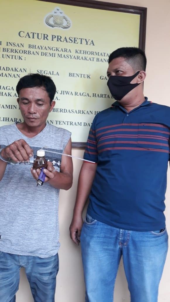 Tersangka narkoba yang diringkus di dalam rumahnya saat di kantor polisi