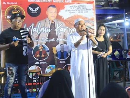 Bupati Labuhanbatu H Andi Suhaimi Dalimunthe ST MT saat hadir di acara Malam Karya AWE Music Management.
