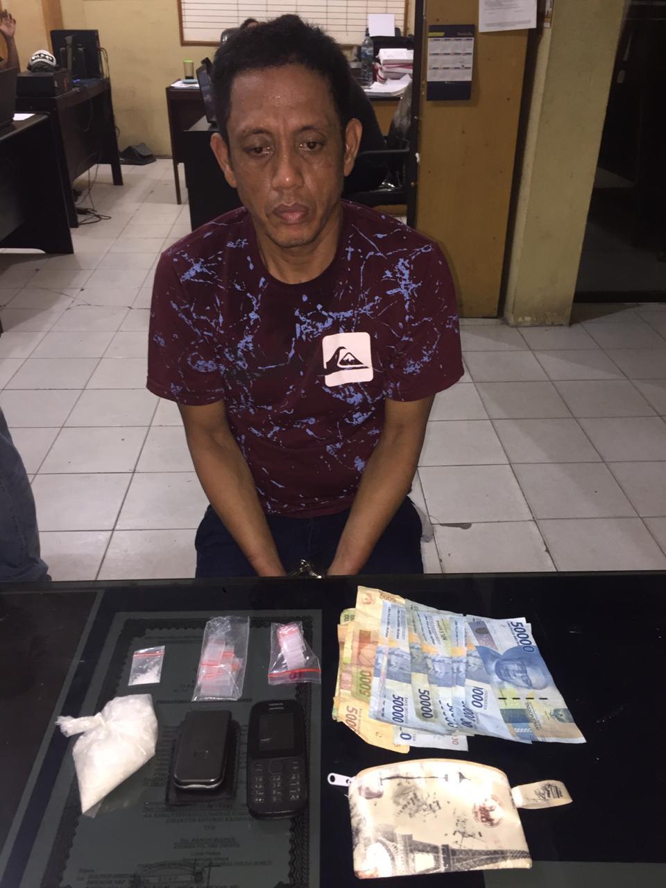 (Ignatius Siagian/taslabnews)  Tersangka Saparuddin Tanjung alias Sapar berikut barang buktinya saat diamankan di Polres Tanjungbalai.