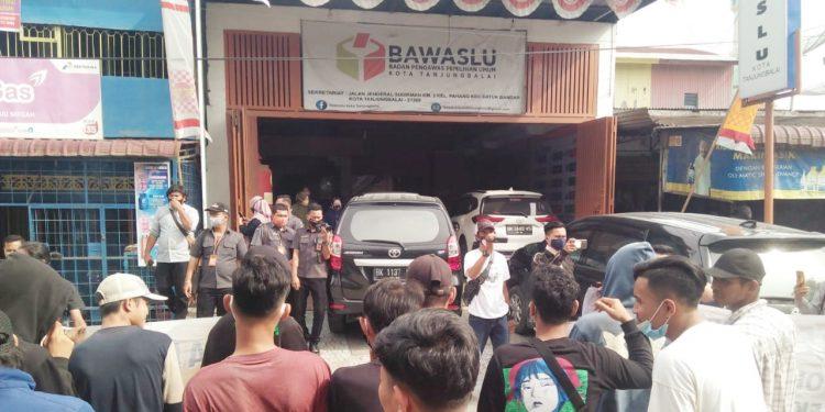 SaatGabungan Aktivis Independen Bersatu beraksi di depan Kantor Bawaslu Kota Tanjungbalai. foto/teks: ignatius siagian