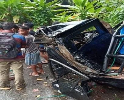Warga menyaksikan kondisi pick up yang mengangkut 7 warga dari Asahan yang kecelakaan.