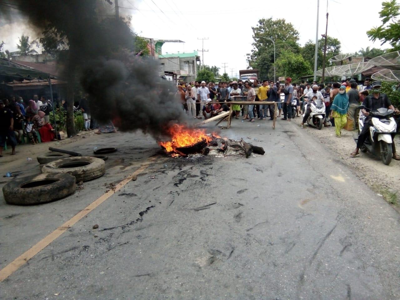 Tersangka Pelaku Penembakan Personel Polisi Meninggal. Warga Blokir Jalinsum Gunting Saga