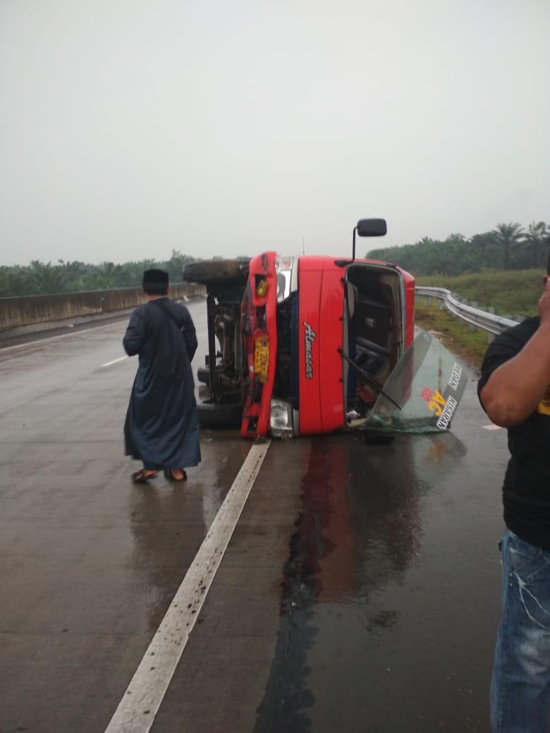 Tabrak Pagar Pembatas Jalan, Bus Almasar yang Dikemudikan Warga Asahan Terguling
