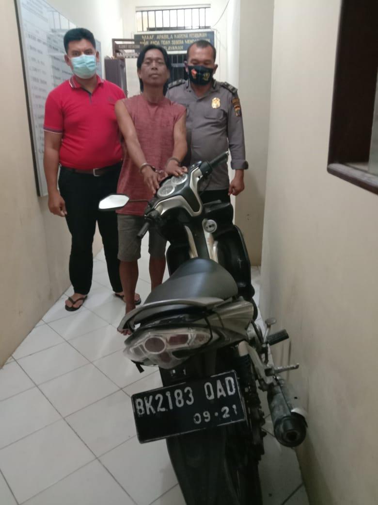 (Ignatius Siagian/TASLABNEWS)  Tersangka Riston Siringo-ringo berikut barang buktinya saat diamankan di Polsek Datuk Bandar, Polres Tanjungbalai.