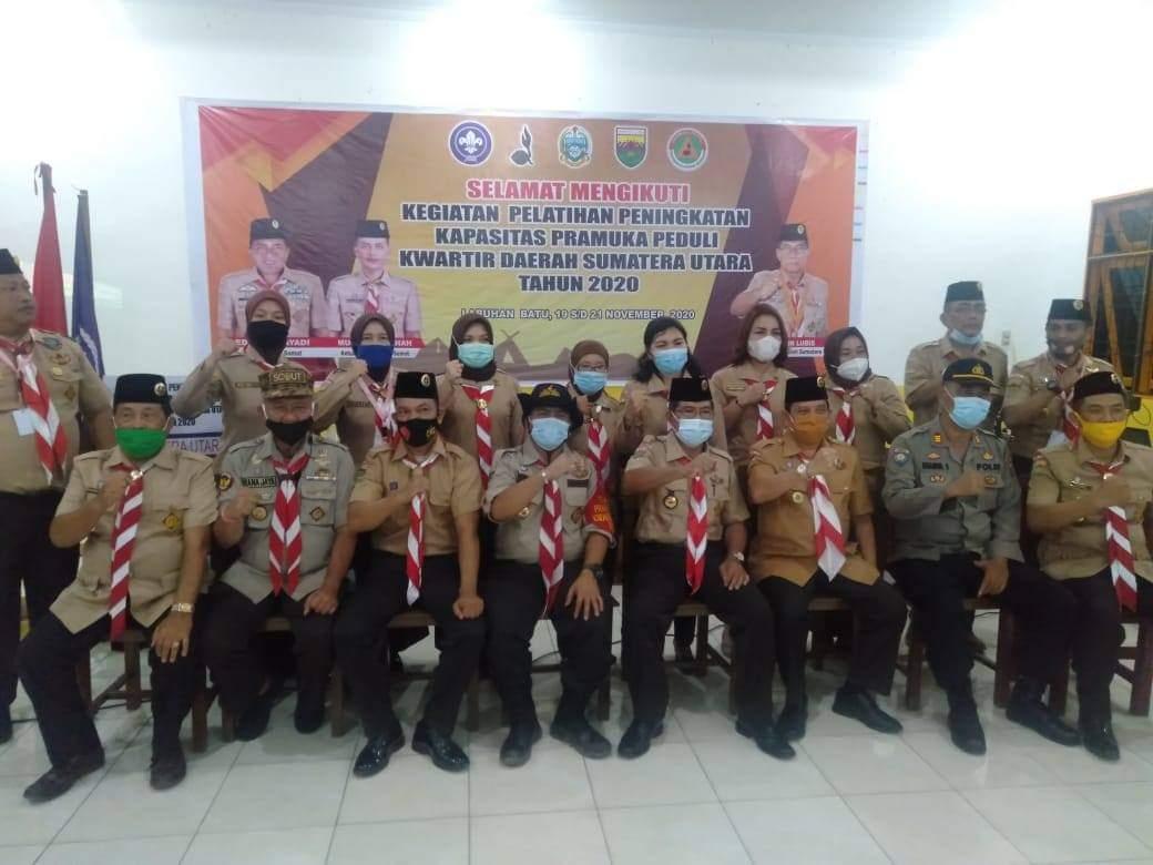 Pjs Bupati Labuhanbatu saat berfoto bersama dengan Ketua dan Kwartir Pramuka di SMK Pemda Rantauprapat.