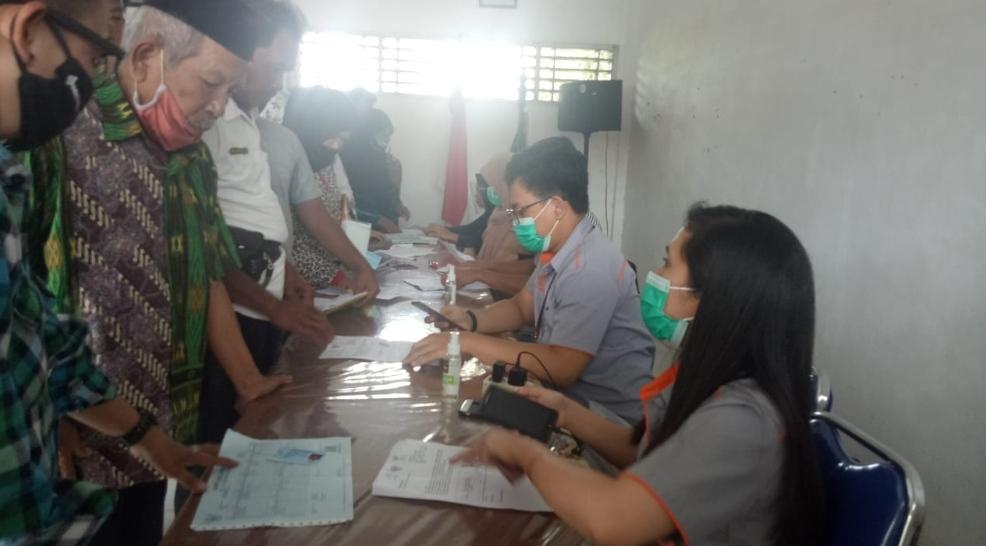 Penyerahan bantuan sosial tunai kepada warga oleh pihak Kantor Pos setempat.