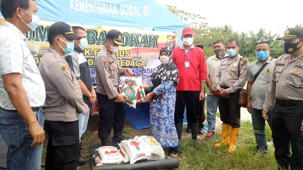 Korban Banjir Terima Bantuan Paket Sembako