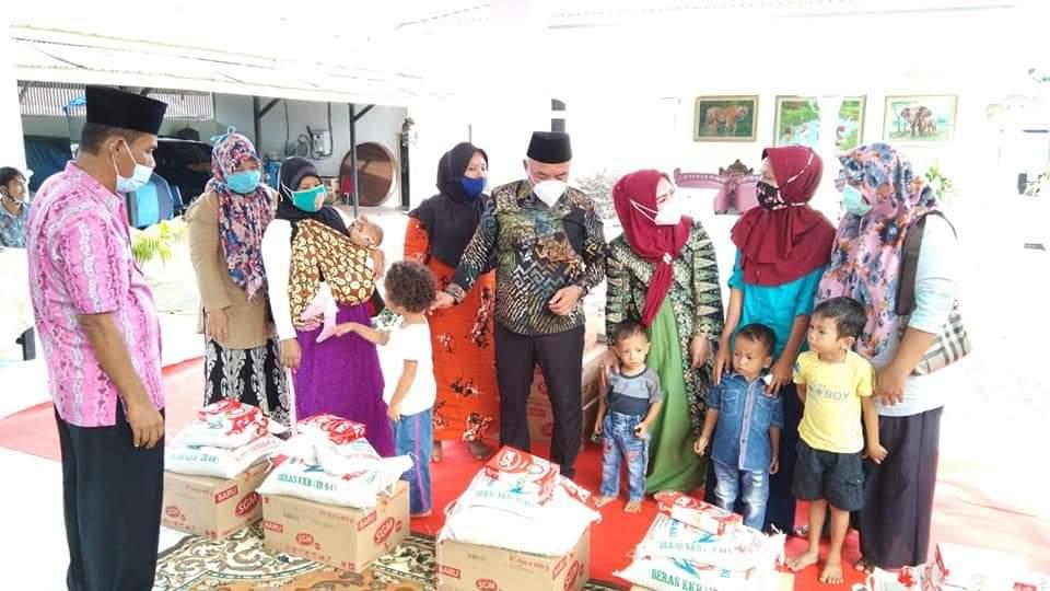 Bupati Labuhanbatu H Andi Suhaimi Dalimunthe ST MT saat memberikan bantuan dari Provinsi Sumut