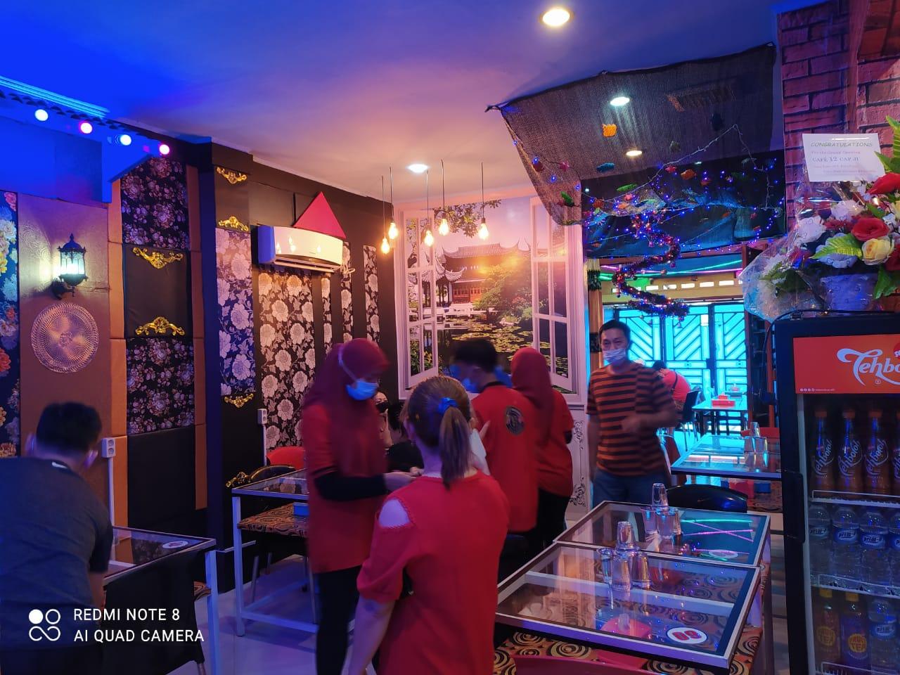Pelanggan saat menikmati makanan di Cafe 12 Cap Ji, di Jalan Siringo-ringo, Rantauprapat.