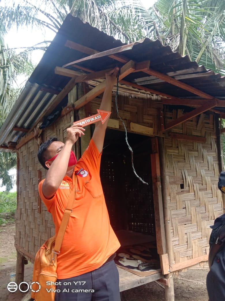 Polisi mengecek Lokasi tempat korban gantung diri