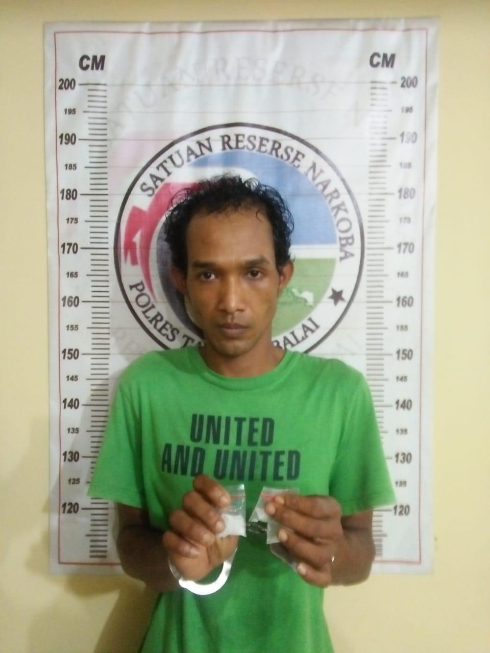 (Ignatius Siagian/taslabnews)  Tersangka Wenda Putra alias Wenda berikut dengan barang buktinya setelah diamankan di Polres Tanjungbala