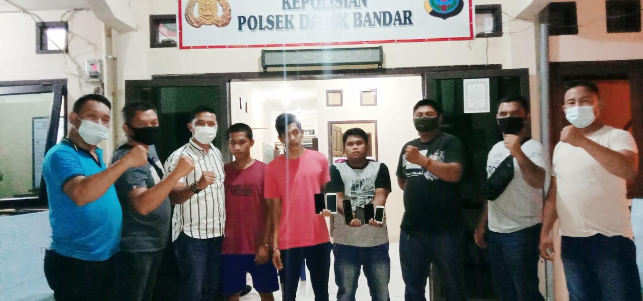 (Ignatius Siagian/taslabnews)  Ketiga orang tersangka pembobol toko ponsel saat di amankan Polsek Datuk Bandar Polres Tanjungbalai.