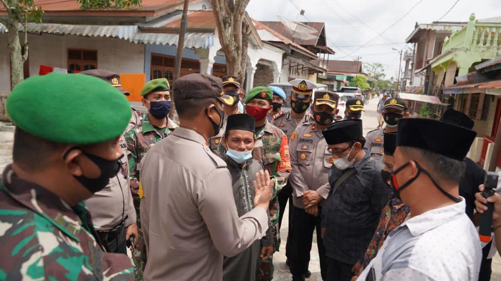(Ignatius Siagian/taslabnews)  Suasana saat Kapolres Tanjungbalai, TNI dan Pemuda Mesjid melakukan penjagaan gereja di Kota Tanjungbalai