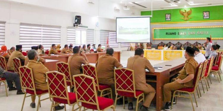 Sejumlah kepala OPD saat menggelar rapat pelaksanaan MTQ dan Seni Qasidah di Labuhanbatu.