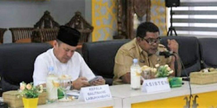 Asisten lll Zaid Harahap (kanan) Kaban Balitbang (kiri) terlihat saat mengelar rapat tersebut.