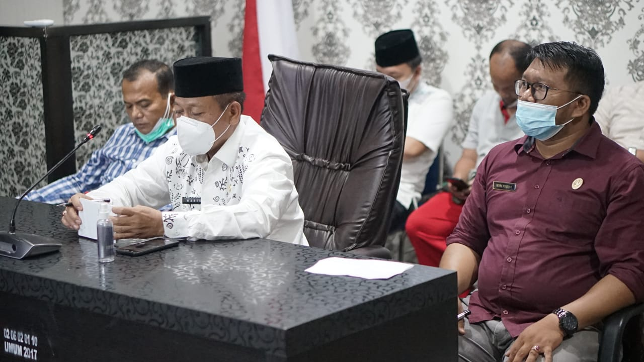 (Ignatius Siagian/taslabnews)  Wakil Wali Kota Tanjungbalai H Waris Tholib,S.Ag,MM saat mengikuti rapat koordinasi virtual dengan Gubsu Edy Rahmayadi diruang Command Centre Kantor Wali Kota Tanjungbalai, Jumat (30/4).