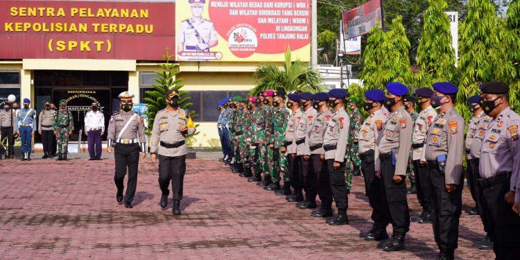 Kapolres Tanjungbalai, AKBP Putu Yudha Prawira SIK MM melakukan pemeriksaan lpasukan pada apel gelar pasukan Operasi Ketupat Toba 2021 di Lapangan Apel Polres Tanjungbalai.