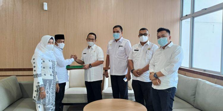 Kepala Biro Pemerintahan Setda Provsu, H Afifi Lubis SH menyerahkan surat keputusan sebagai Pelaksana Tugas Wali Kota Tanjungbalai kepada H Waris Tholib di Kantor Gubsu, Medan.