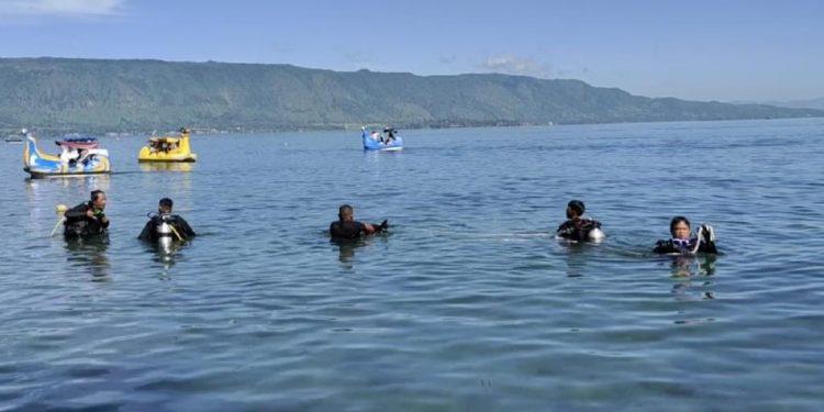 Pencarian seorang pemuda bernama Doni yang tenggelam di Danau Toba, tepatnya di depan Pesanggrahan Bung Karno Parapat, Kelurahan Tigaraja, Kecamatan Girsang Siapangan Bolon, Kabupaten Simalungun.