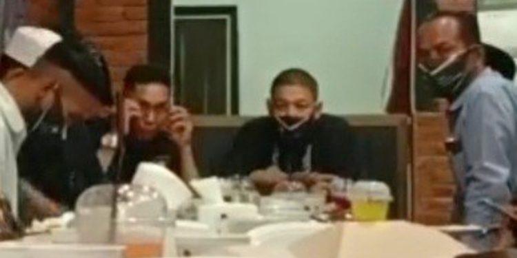 Ketua DPD Partai Ummat Kabupaten Asahan, Hendra Gunawan SH (tengah pakai masker)