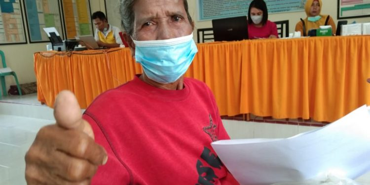 Siti Fatimah usai menjalani vaksinasi Covid-19.