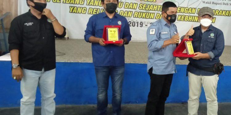Ketua PD yang baru dilantika memberikan cenderamata kepada Ketua PW IWO Sumut dan Ketum PP IWO.
